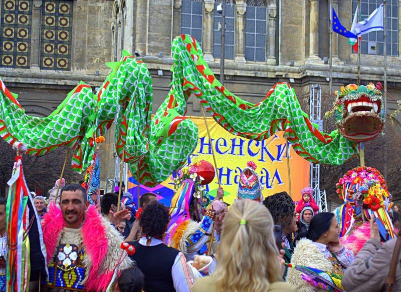 在瓦尔纳狂欢节的龙跳舞 库存图片