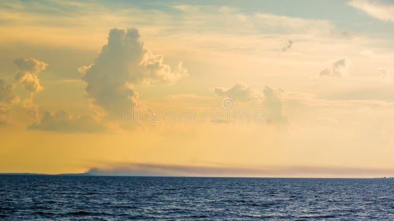 在瓦拉姆群岛海岛上的日落  拉多加湖的北部 卡累利阿共和国 莫斯科 免版税库存图片