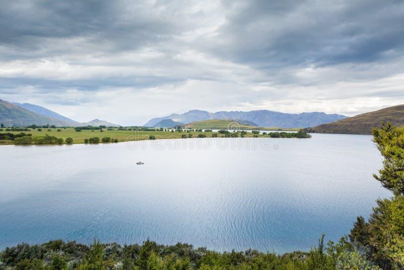 在瓦纳卡湖的孤立小船, Otago,南岛,新西兰 库存图片