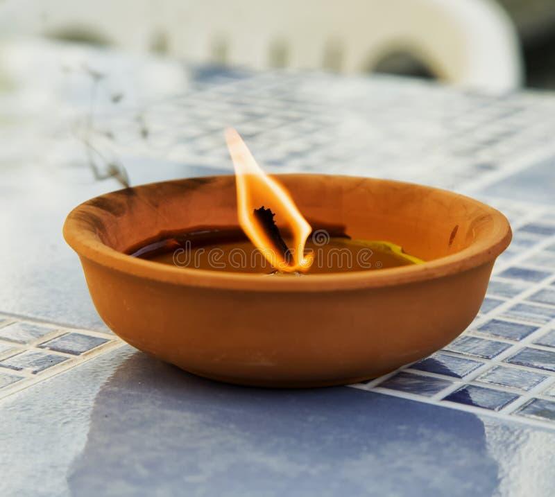 在瓦罐的蜡烛 库存图片