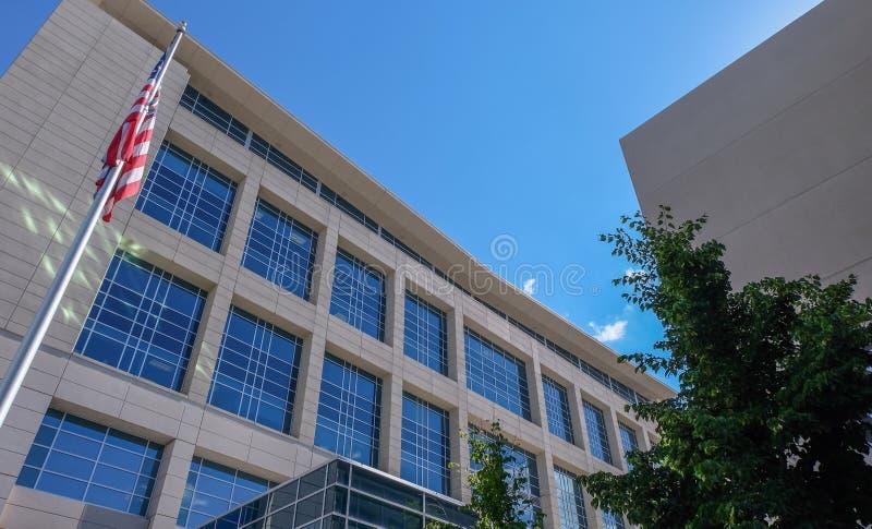 在瓦肖县法院大楼前面的美国国旗飞行 免版税库存图片