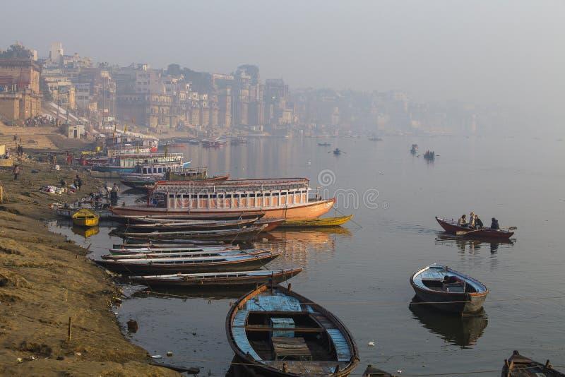 在瓦腊纳西,印度圣洁ghats的早晨视图  免版税库存图片