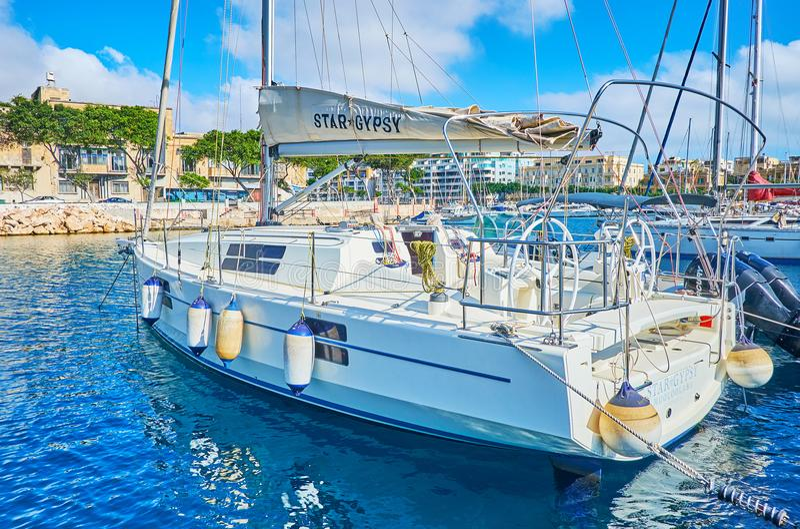 在瓦莱塔口岸,马耳他的被停泊的游艇 库存图片