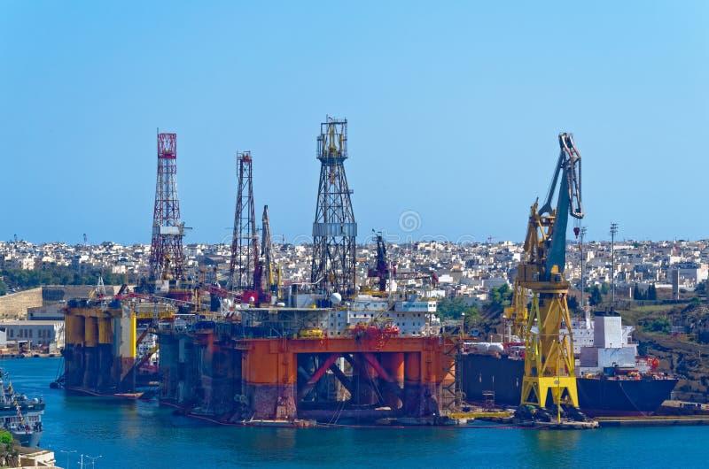 在瓦莱塔,马耳他海湾的油和煤气平台  图库摄影