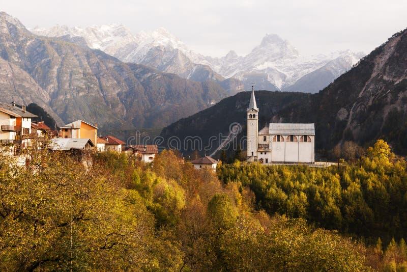 在瓦莱迪卡多雷,意大利附近的秋天教会 免版税图库摄影