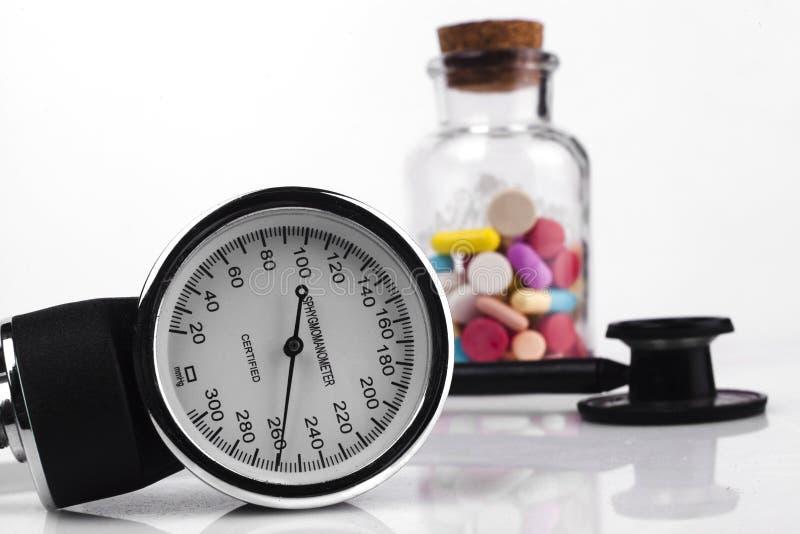 在瓶子和听诊器的药片 免版税库存照片