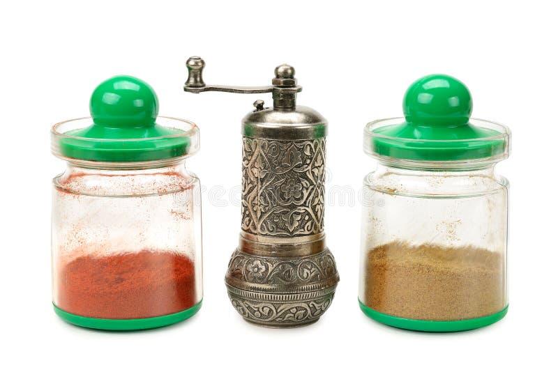 在瓶子和磨房的香料 免版税库存图片