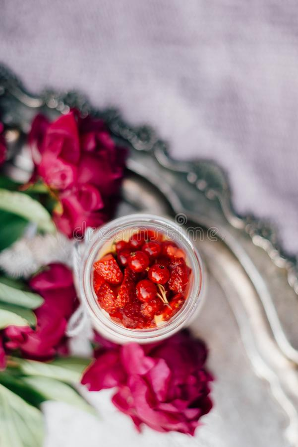 在瓶子的乳酪蛋糕用樱桃和莓果 库存图片
