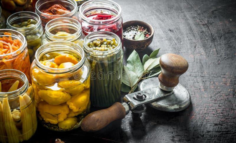 在瓶子的各种各样的被保存的食物有月桂叶的 库存图片