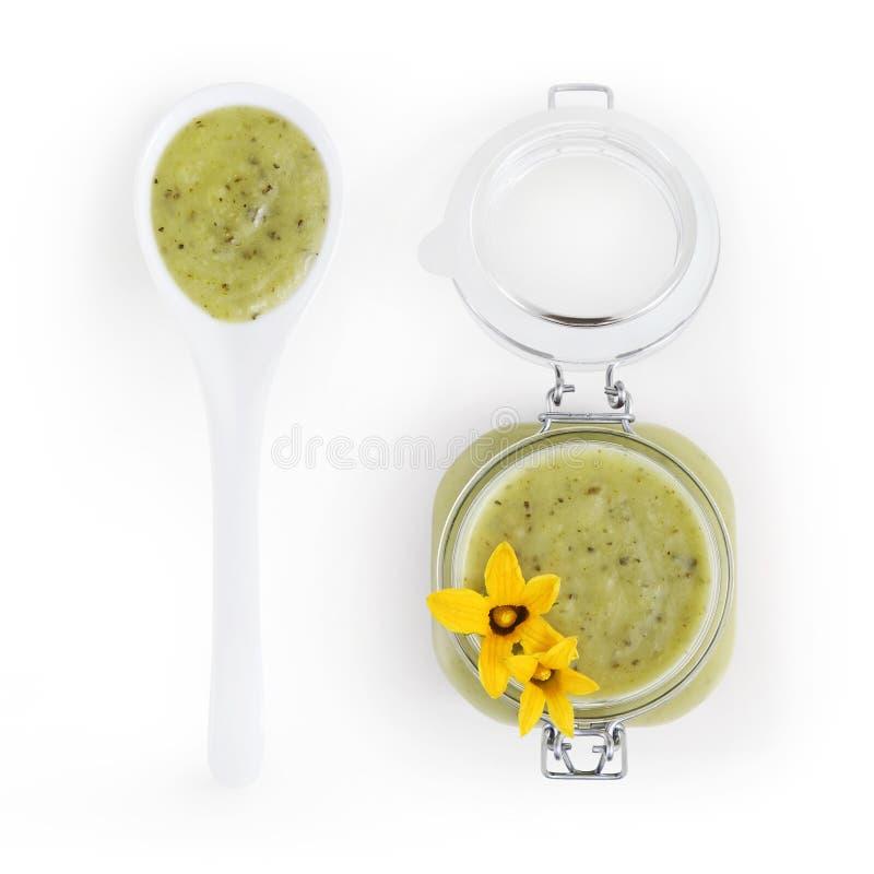 在瓶子的夏南瓜绿色调味汁有花和调羹食品顶视图 免版税库存照片