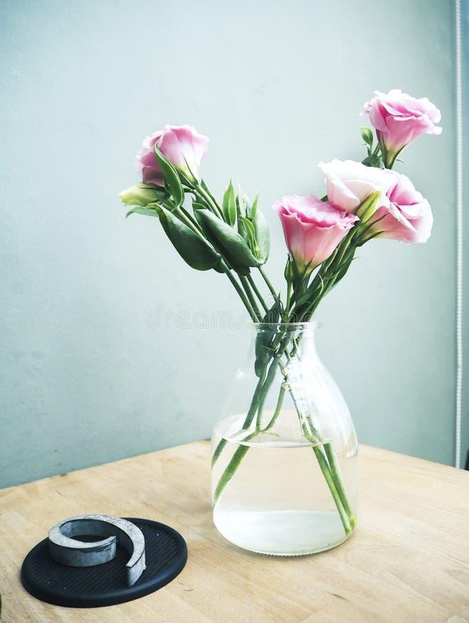 在瓶子的新鲜的桃红色Lisianthus花 免版税库存照片