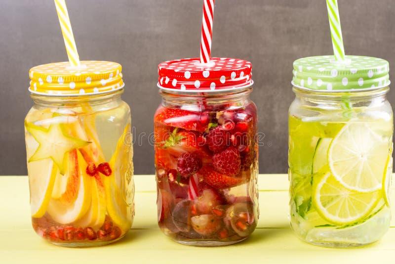 在瓶子的新鲜水果调味的水 免版税库存照片