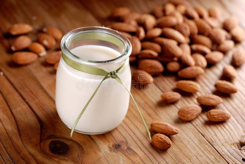 在瓶子的杏仁牛奶 免版税库存图片