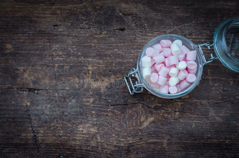 在瓶子的桃红色和白色蛋白软糖 免版税库存图片