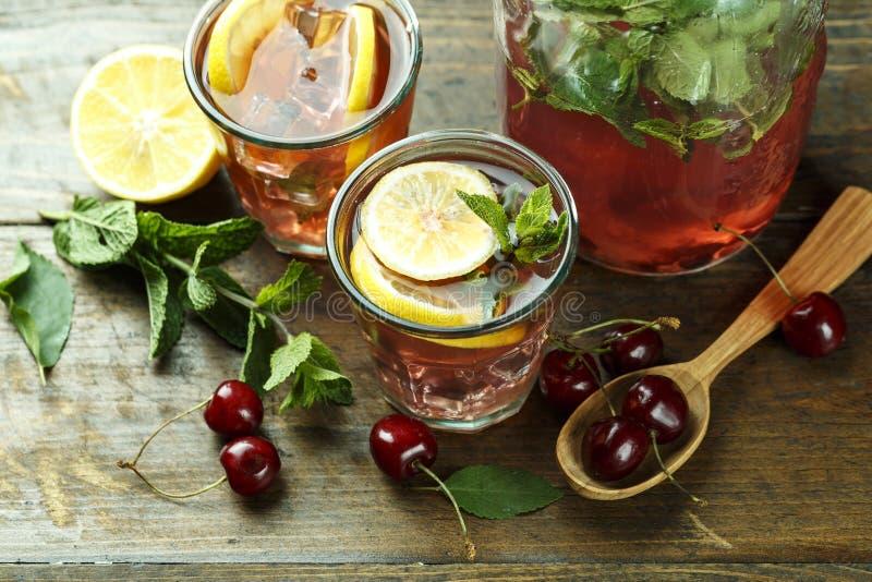 在瓶子的樱桃果子柠檬水 库存照片