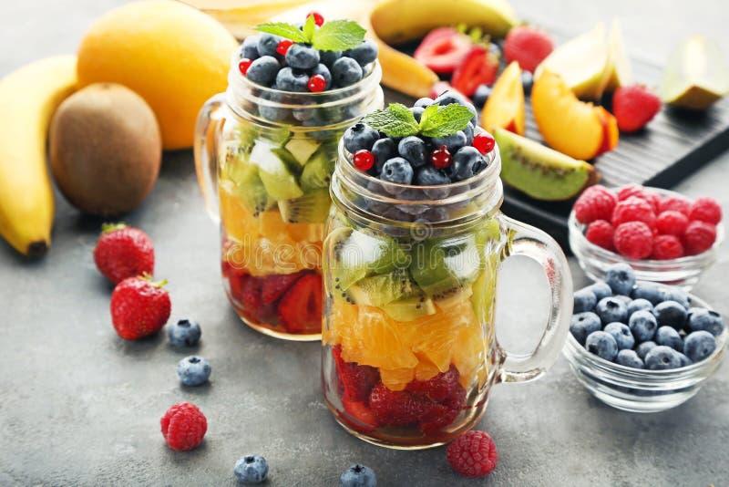 在瓶子的水果沙拉 免版税库存照片