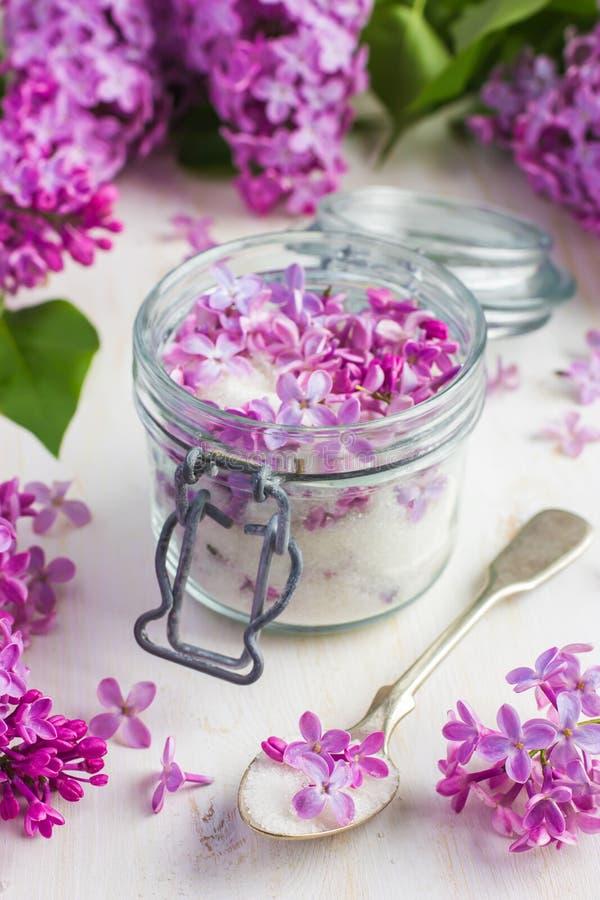 在瓶子的芳香淡紫色糖 库存照片