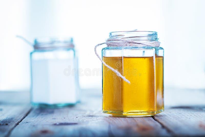 在瓶子的蜂蜜 免版税库存图片