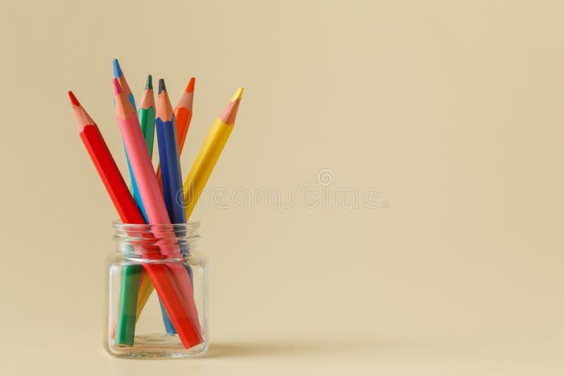 在瓶子的顺时针常设铅笔 免版税库存图片