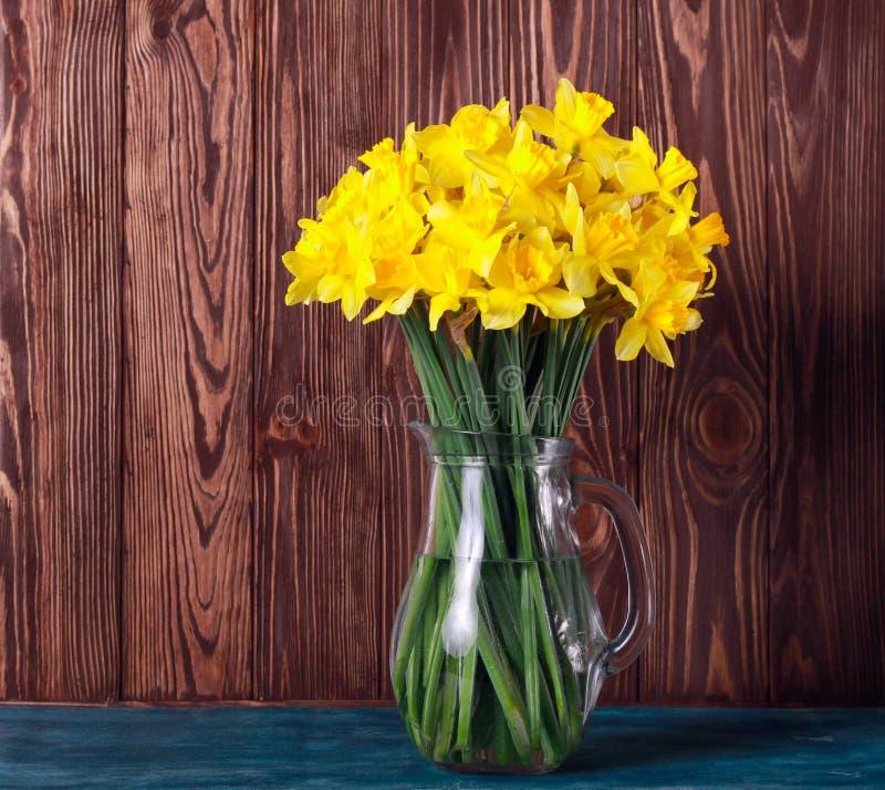 在瓶子的黄色黄水仙花 图库摄影