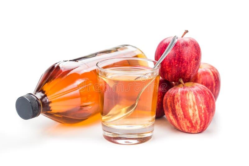 在瓶子,玻璃和新鲜的苹果,健康饮料的苹果汁醋 库存图片