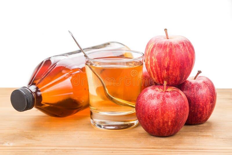 在瓶子,玻璃和新鲜的苹果,健康饮料的苹果汁醋 免版税库存照片
