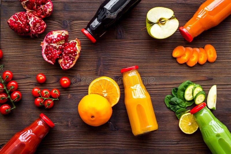 在瓶的健康有机在木背景顶视图大模型的汁液健身饮食的和戒毒所 免版税图库摄影