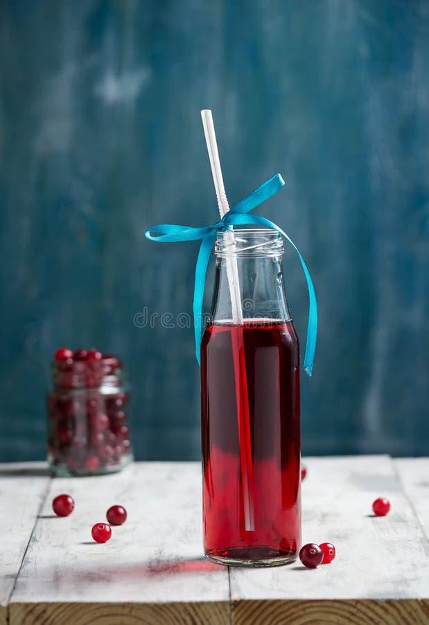 在瓶的新鲜的蔓越桔果汁饮料 库存照片