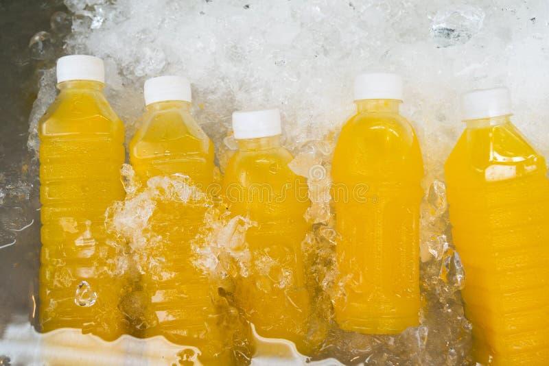 在瓶的橙汁在显示待售 库存照片