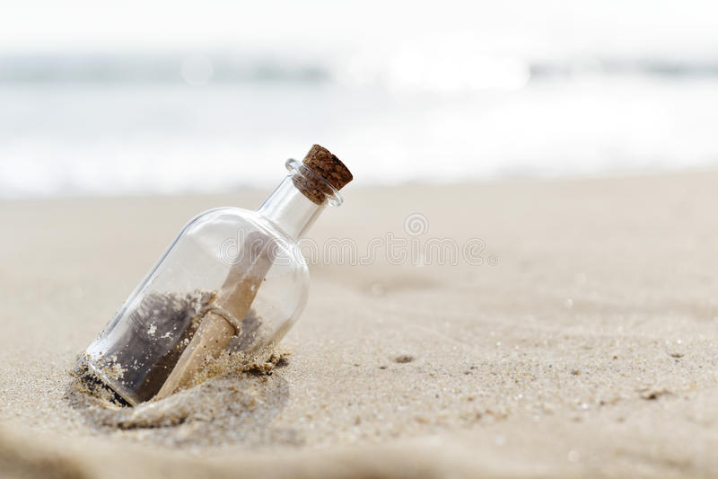 在瓶的消息 库存照片