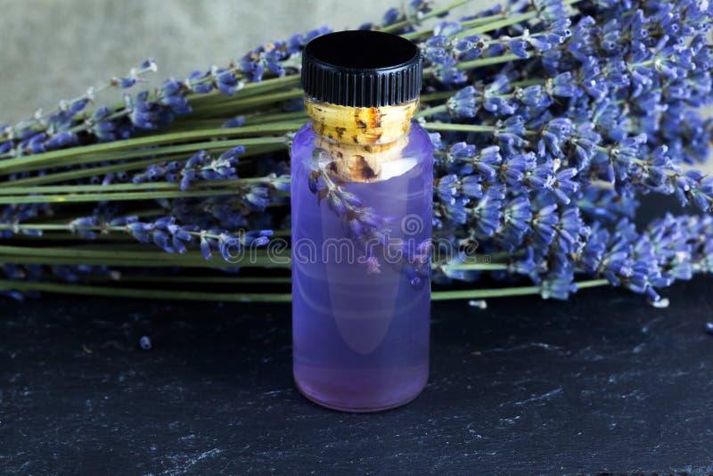 在瓶的淡紫色精油 有机的化妆用品 库存图片