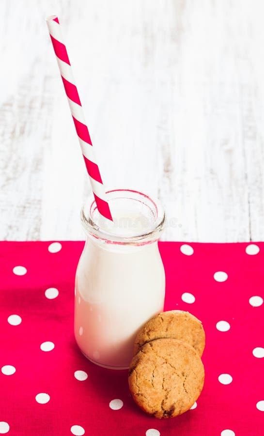 在瓶的牛奶 免版税库存照片