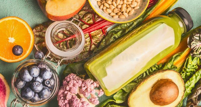 在瓶的绿色圆滑的人饮料有各种各样的健康素食主义者成份的 库存图片