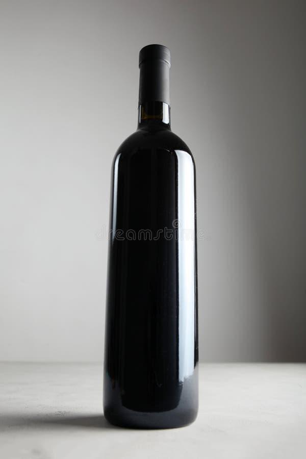 在瓶的芬芳和豪华红酒 库存照片
