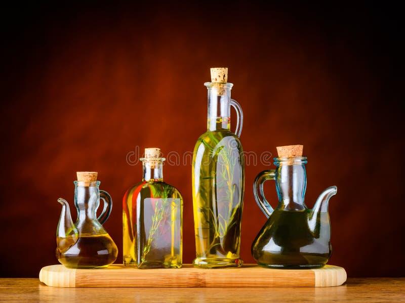 在瓶的维尔京橄榄油 免版税库存照片