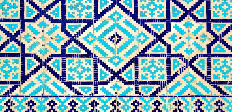 在瓷砖的五颜六色的古老传统乌兹别克人样式在清真寺的墙壁上 库存例证