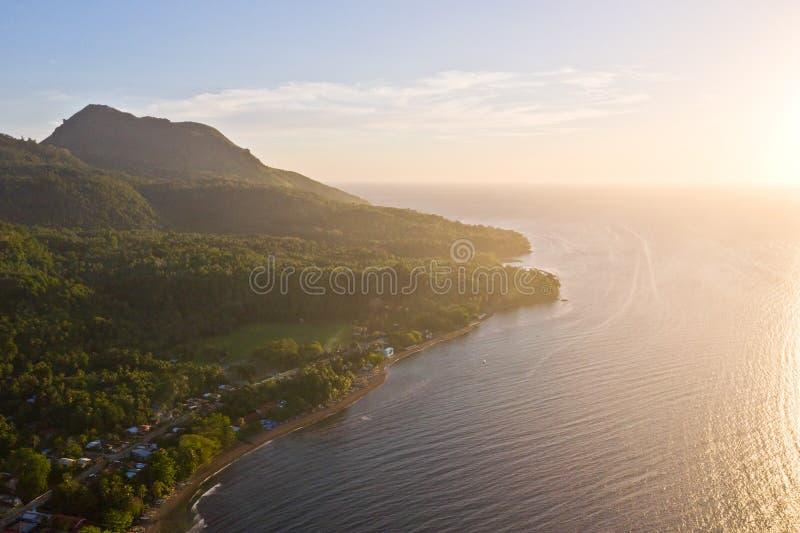 在甘米银岛的Hibok-Hibok火山早晨 免版税库存照片