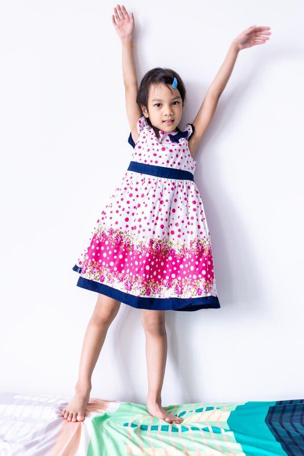 在甜葡萄酒礼服的小女孩画象 免版税库存照片