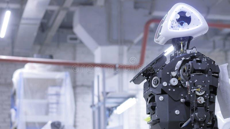 在生产的被拆卸的机器人 机器人准备好汇编,它测试所有系统 生产的植物  免版税图库摄影