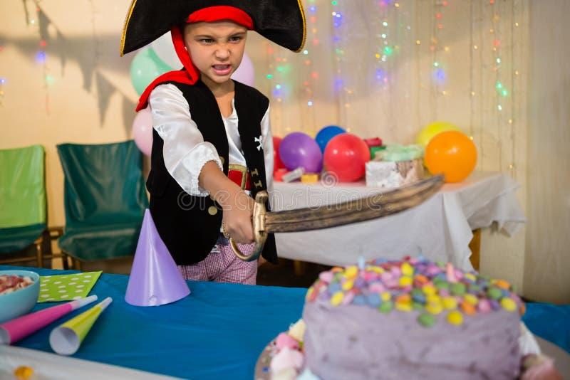 在生日聚会期间,假装的男孩是作为海盗 免版税库存图片