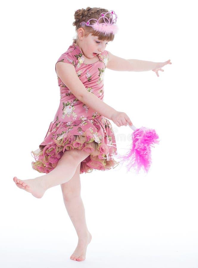 在生日聚会的逗人喜爱的小女孩跳舞。 免版税库存图片