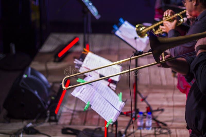 在生活爵士乐音乐会的管乐器 免版税图库摄影