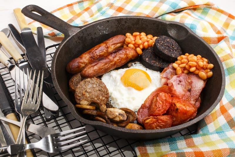 在生铁平底锅的充分的爱尔兰早餐 免版税库存图片