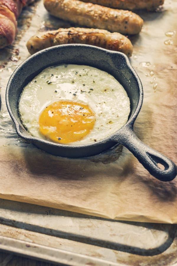 在生铁长柄浅锅的荷包蛋 免版税库存照片