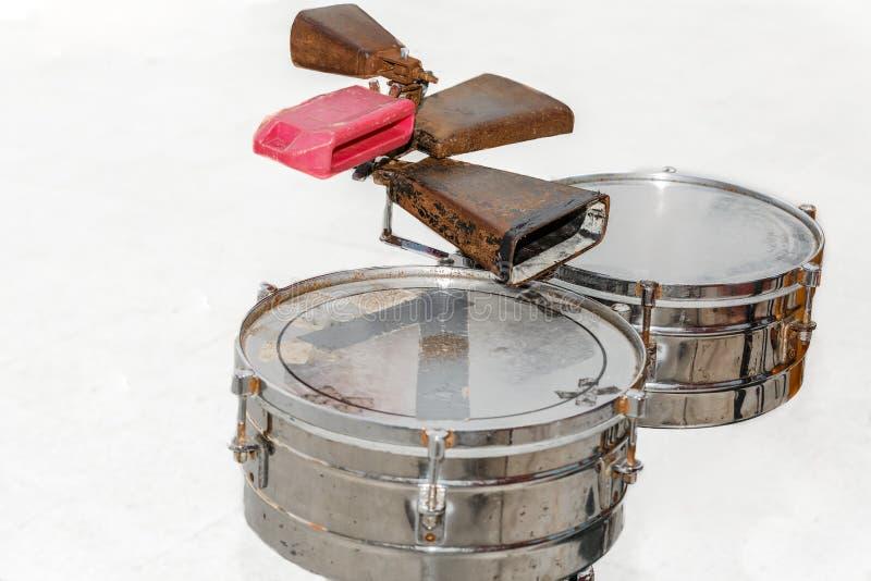 在生锈白色的背景,肮脏的鼓和 图库摄影