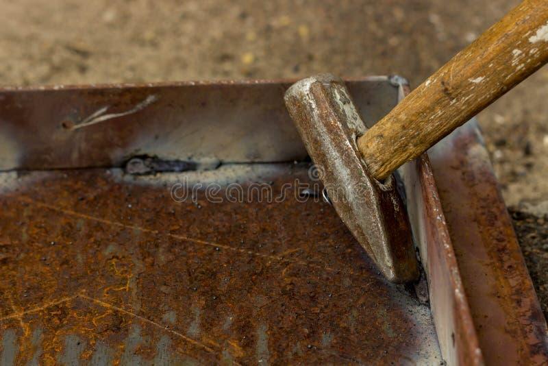 在生锈的金属的焊接缝 金属弯头被焊接对铁基地 免版税库存图片