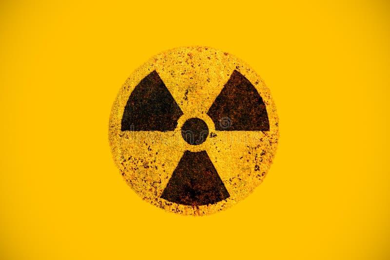 在生锈的金属脏的纹理的圆的黄色和黑放射性危险致电离辐射核危险警告信号 免版税库存照片