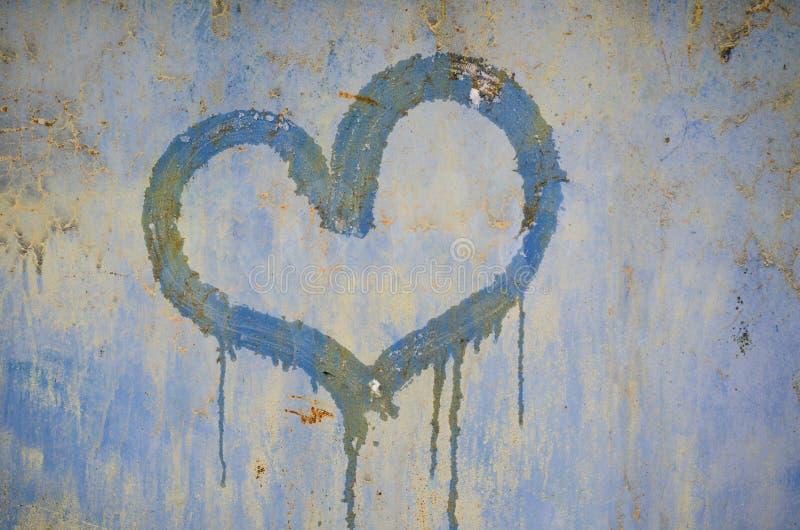 在生锈的铁背景的被绘的心脏 免版税库存图片