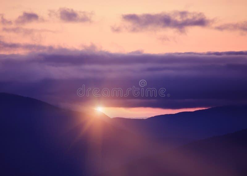 在用剧烈的云彩报道的日落的山 狂放的美好的美国自然 怀特山国立公园 ?? ??Hamshire 免版税库存图片