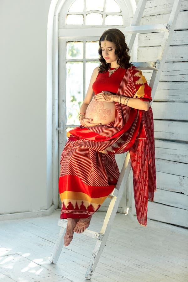在用印地安人装饰的妇女的印地安图片 免版税库存照片
